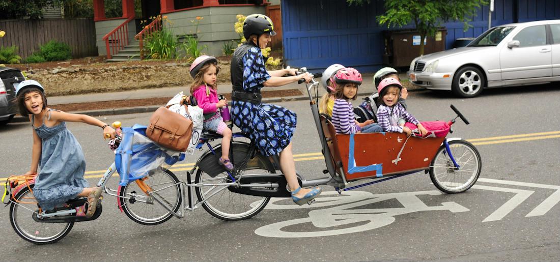 En vélo biporteur avec ses 6 enfants